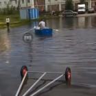 Житель Пензы проплыл на лодке по двору в микрорайоне Шуист