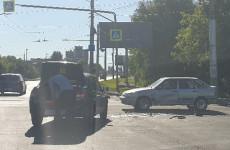 На улице Чаадаева в Пензе в жесткой аварии изуродовало две машины