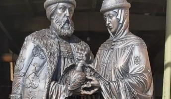 В Пензе завершили установку памятника Петру и Февронии