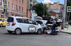 Серьезная авария в центре Пензы: разбились две машины