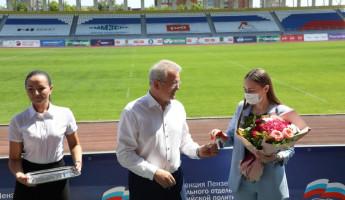 Губернатор Иван Белозерцев вручил ключи от квартир медикам, работающим с больными коронавирусом