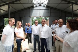 Иван Белозерцев посетил животноводческую ферму в Белинском районе
