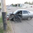 В Кузнецке водитель легковушки на огромной скорости врезался в столб
