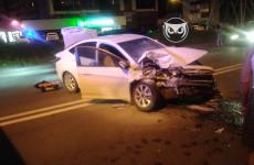 В Пензе легковушка врезалась в цистерну: водителя с разбитыми ногами увезла скорая
