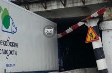 В Пензе в ловушку «моста глупости» попал грузовик со сладостями