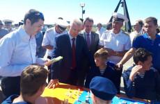 На набережной города Спутник прошло мероприятие по случаю Дня Военно-морского флота