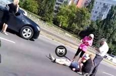 В пензенском микрорайоне Арбеково прямо на дороге лежит человек