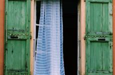 В Земетчинском районе неизвестный забрался в дом через форточку