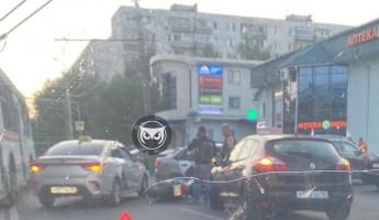 В центре Пензы в жесткую аварию попал мотоциклист