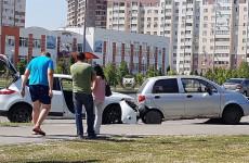 На улице Антонова в Пензе столкнулись две иномарки