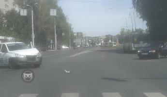 На улице Луначарского в Пензе попала в жесткую аварию машина такси