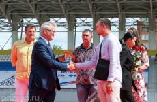 В Пензе тренерам вручил ключи от квартир губернатор Иван Белозерцев