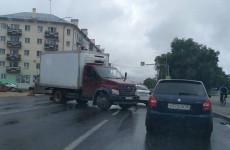 В самом центре Пензы произошла авария с грузовиком