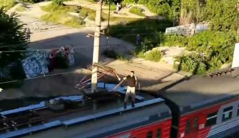 В Пензе зацепер катается на крыше электрички