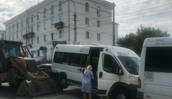 В центре Пензы трактор поднял 49 маршрутку на «дыбы»