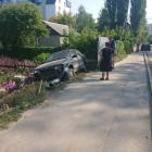 В Пензе автомобиль «припарковался» в цветочном саду жилого дома