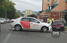 Автомобиль такси спровоцировал серьезный затор в центре Пензы