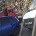 В Пензе улица Урицкого встала в пробке из-за аварии с грузовиком