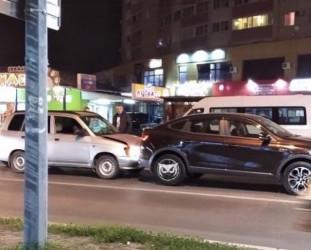 На улице Антонова в Пензе в жесткую аварию попали две машины