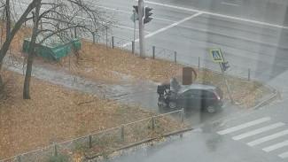 В Пензе машина наехала на знак пешеходного перехода