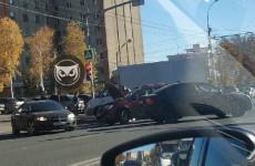 На улице Коммунистической в Пензе фургон столкнулся с легковушкой