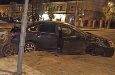 В самом центре Пензы в жестком ДТП изуродовало две машины. ФОТО