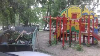 В Пензе на проспекте Победы 140 мусорную свалку создали прямо напротив детской площадки