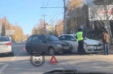 На улице Мира в Пензе угодили в аварию две легковушки