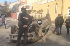 На улице Калинина в Пензе перевернулась иномарка