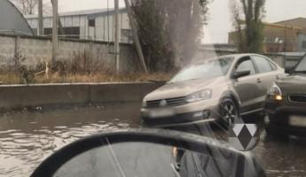В Пензе машина села на «мель» после дождя