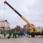 На площади Ленина в Пензе начали установку новогодней елки