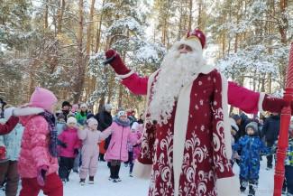 В Пензе к жителям микрорайона ГПЗ пришли Дед Мороз и Снегурочка