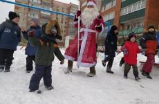 В Пензе к жителям улицы Чаадаева пришли Дед Мороз и Снегурочка