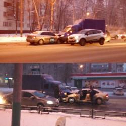 На улице Кулакова в Пензе лоб в лоб столкнулись две машины