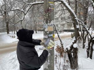 На двух улицах Пензы очистили от рекламы фонарные столбы