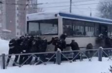 В Пензе сняли на видео пассажиров, толкающих автобус в снегопад