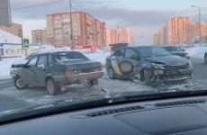 В Пензе легковушка столкнулась с такси