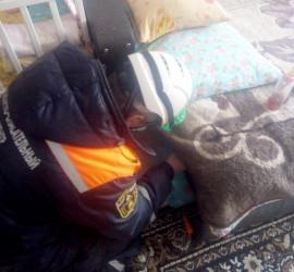 В Пензе застряла под диваном маленькая девочка