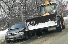 Одна из пензенских улиц встала в пробке из-за ДТП со снегоуборочной техникой