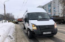 На улице Калинина в Пензе иномарка протаранила микроавтобус. ФОТО
