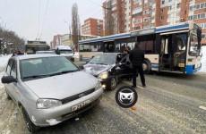 «Перекрыта вся дорога». В Пензе образовалась огромная пробка из-за ДТП