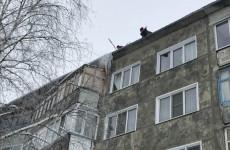 В Пензе сбили сосульки и снег с крыш домов