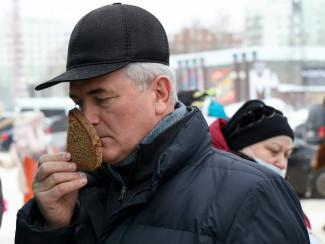 Иван Белозерцев купил продукты на ярмарке районов