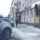 В центре города на пензячку обрушилась ледяная глыба. ВИДЕО