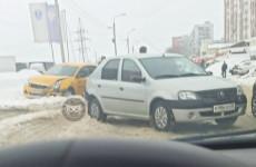 В Пензе попала в жесткую аварию машина службы такси. ФОТО