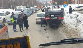 В Пензе авто-леди протаранила пять машин и перевернула Мерседес