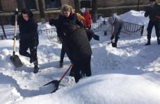 Пензенские студенты очистили братские захоронения от снега