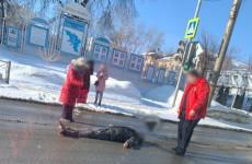 В Пензе у пешеходного перехода лежит человек без признаков жизни