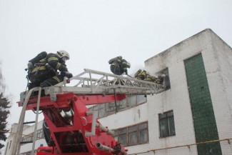 На улице Каракозова в Пензе загорелся отдел пошива одежды