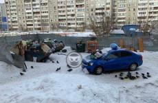 В Пензе машина помешала забрать мусор из контейнеров и ее закидали помоями